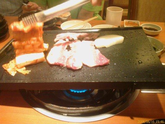 香猪坊-服务生在烤肉