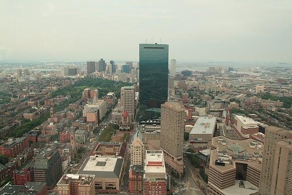 鸟瞰波士顿:画面中心的是汉考克大楼,波士顿第一建筑,又是贝律铭作品