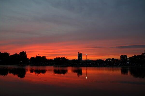 晚霞,查尔斯河在后湾一带河岸和主河道之间还有一个外堤,跟西湖苏白二堤一样,也是一个游览的去处