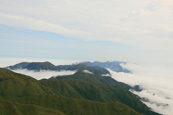 金顶脚下的云海,远处就是我们一路翻越的群山,现在看起来却是那么的矮小。